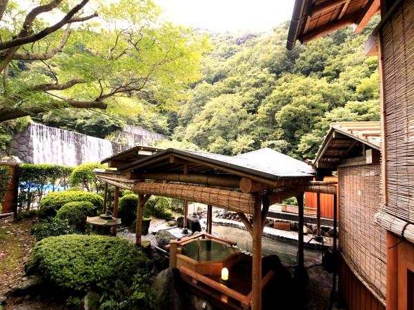 須雲川の清流を眺める渓谷露天風呂。自家源泉掛け流しの温泉で湯に浸かり至福の時をお過ごし下さい。