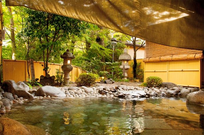 日本庭園風にしつらえた野天風呂です。