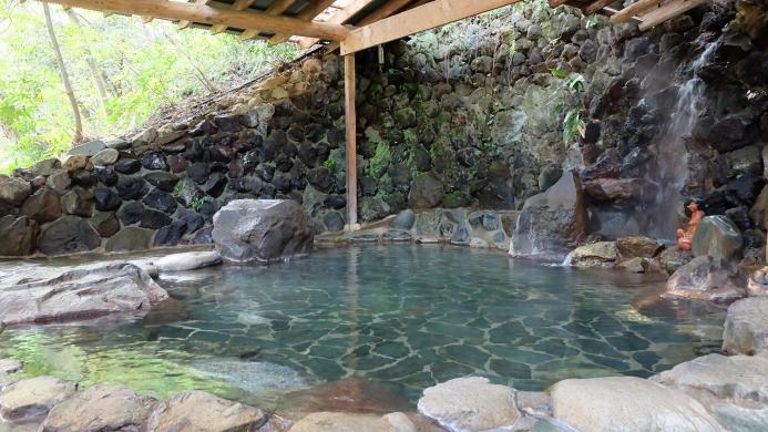 2つの自家源泉から湧き出す自慢の天然温泉は、湯上りのお肌をスベスベに、体の心まで温めてくれます。また、開放感のある露天風呂も自慢です。