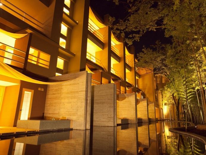 夜はより幻想的に・・・水盤を望む当館外観