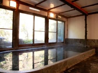 早川渓谷の自然を堪能しながら湯浴みのできる昔ながらの浴場