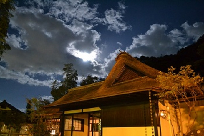 萱葺屋根の玄関(満月)