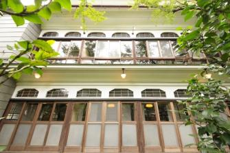 明治12年(1879年)、十代目主人の福住正兄(まさえ)は西洋建築と数寄屋造り雅)融合する、意匠を凝らした建物を完成させました。