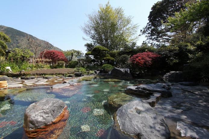 季節の移ろいを感じられる混浴庭園露天風呂
