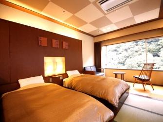 和モダン『すくも亭』は和室8畳+和ベッド+和サロンの広々としたお部屋です。窓からの景色は箱根の自然がいっぱいで、四季折々の景色をお楽しみ頂けます。