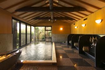 ph8.6の天然温泉が溢れる展望風呂