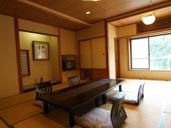 川沿いの客室の一例です。 窓から早川の流れをご覧頂けます。