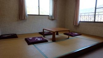 ゆっくりと滞在したい方は宿泊も可能。ビジネスのお客さまには素泊まりも対応いたします。箱根湯本を見晴らすお部屋で清々しい朝を迎えてみてはいかがですか。