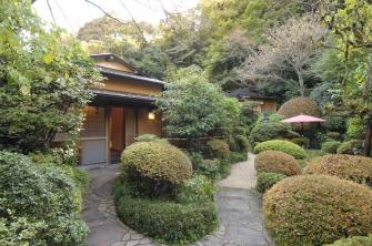 日本庭園に点在する離れ