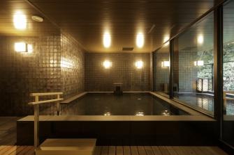 豊富な湯量の大浴場で、ゆったりと癒ししのひとときをどうぞ。泉質はアルカリ性単純泉。神経痛・冷え性に効能あり、肌蝕りもなめらかです。