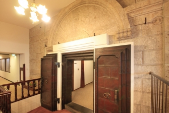 萬翆楼金泉楼の出入り口は、蔵を連想させる立派な意石造りでその重厚さが伝わって参ります