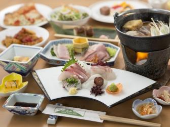 夕食ハーフバイキング  前菜・刺身・鍋物はお一人様ずつ、その他はバイキングからどうぞ。 ※都合により和膳に変更になる場合がございます。