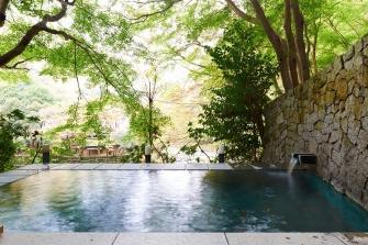 露天風呂は早川に面し、四季折々の景色がご覧いただけます。源泉掛け流しの温泉につかりながら、自然をお楽しみいただければと思います。