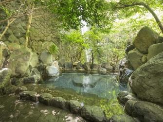男性露天風呂。四季折々の景色をご堪能ください。