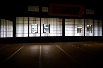 当館には大広間が3つございまして、大黒柱を用いない総持たせのつくりとなっております。その広々とした空間では畳の懐かしい匂いや、光差し込む障子の美しさ、日本建築の意匠をご覧いただけます。