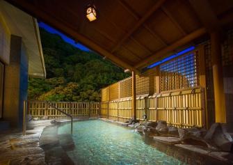須雲川川面から20mの展望大浴場は眼下のせせらぎや対岸湯坂山の彩りに包まれながら温泉を堪能いただけます。