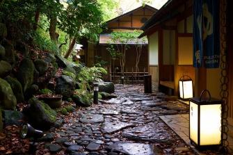 露天風呂へ続く路の途中には、鏑木清方が「あるはずの滝」と詠んだ滝がございます。耳を澄ますと聞こえてくる水の流れる音は、心からの癒しを与えてくれることと思います。