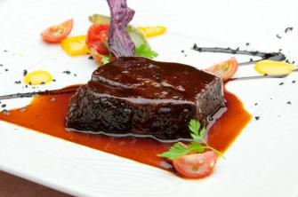 メイン料理の一例(牛肉の赤ワインソース煮)