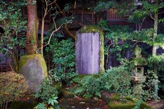 皇女和宮様がお亡くなりになられ50年が経った際の追悼碑が、早川沿いの通りにございます。その追悼碑の隣には、当時の主人の詠んだ詩の歌碑が並んでおります。和宮様よりお題「行人過橋」を頂いた際に詠んだ詩となっております。
