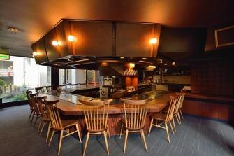 ロビーに併設されている、鉄板焼きレストラン。手業の妙技、カウンタースタイルで箱根随一。美味しくて楽しいステーキハウス吉池へようこそ。