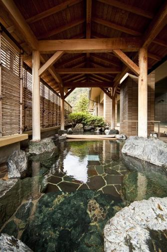 広々とした造りの岩露天風呂