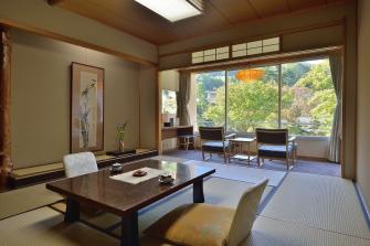 広々とした10畳間の客室。眺望は庭園または山側となります。早目のご予約で、庭園側をリクエスト頂ければ、ご配慮させていただきます。