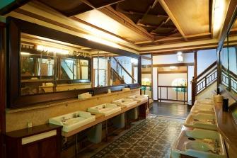 大正時代より変わらぬ共同洗面所、床には現代のデザインにも劣らないおしゃれなタイルが目立ちます。今でもこちらは自由にお使いいただけます。蛇口はどこをひねっても、箱根の豊富な湧き水をご利用いただけます。