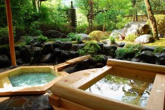 専用の露天風呂を設えた特別室を4室ご用意しております。それぞれに趣の異なる4種類の湯船が、お客様の素敵な記念日を演出いたします。大切な方のご招待などにもご利用ください。
