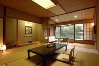 早川を望むゆったりとした12.5畳の和室とリビング