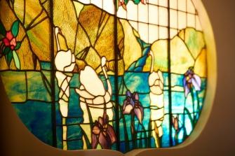 随所にステンドグラスがございまして、和と洋とが上手に融合されております。また、天井には漆喰によるレリーフ等の装飾が施されており、当時の流行を伺うことができます。