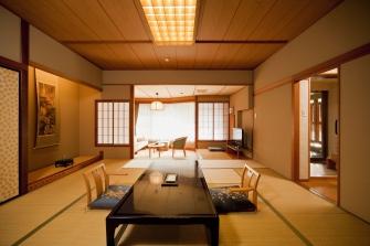 岩露天風呂と、ゆったりとした12.5畳の和室とリビング