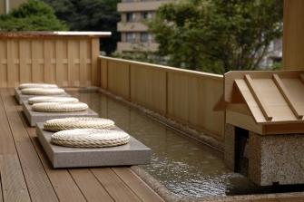 早川を目の前に開放感溢れる足湯