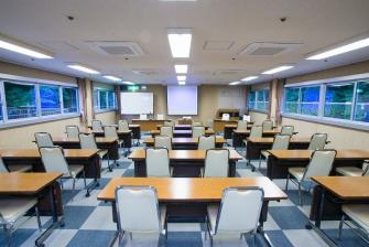 最大73名(スクール形式)から12名様まで4箇所の会議室を設けております。会議室「梅」はFree Wi-Fi有効。